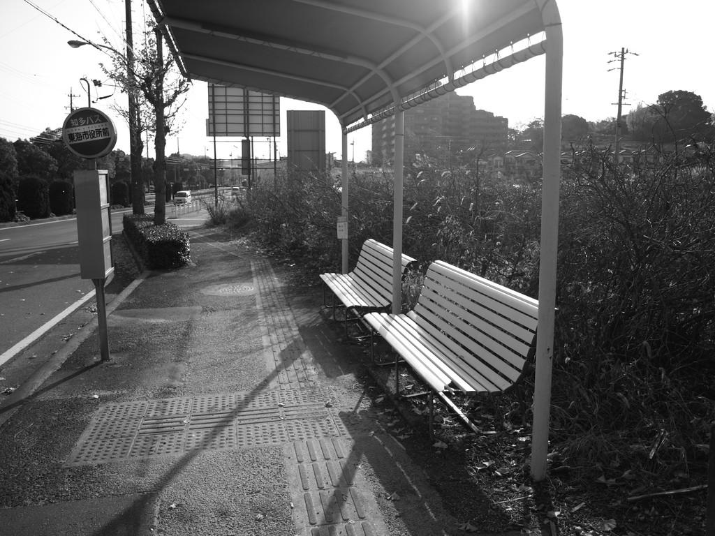 夕暮れ時のバス停