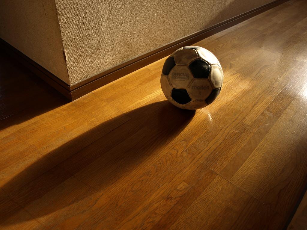 寂しそうなサッカーボール