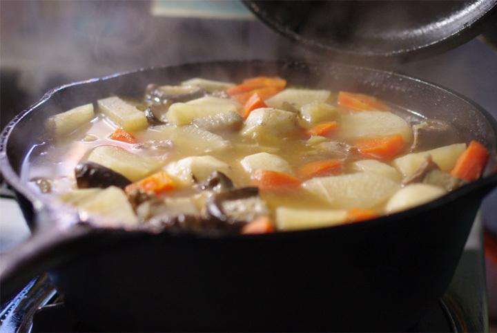 ダッチオーブンで芋煮