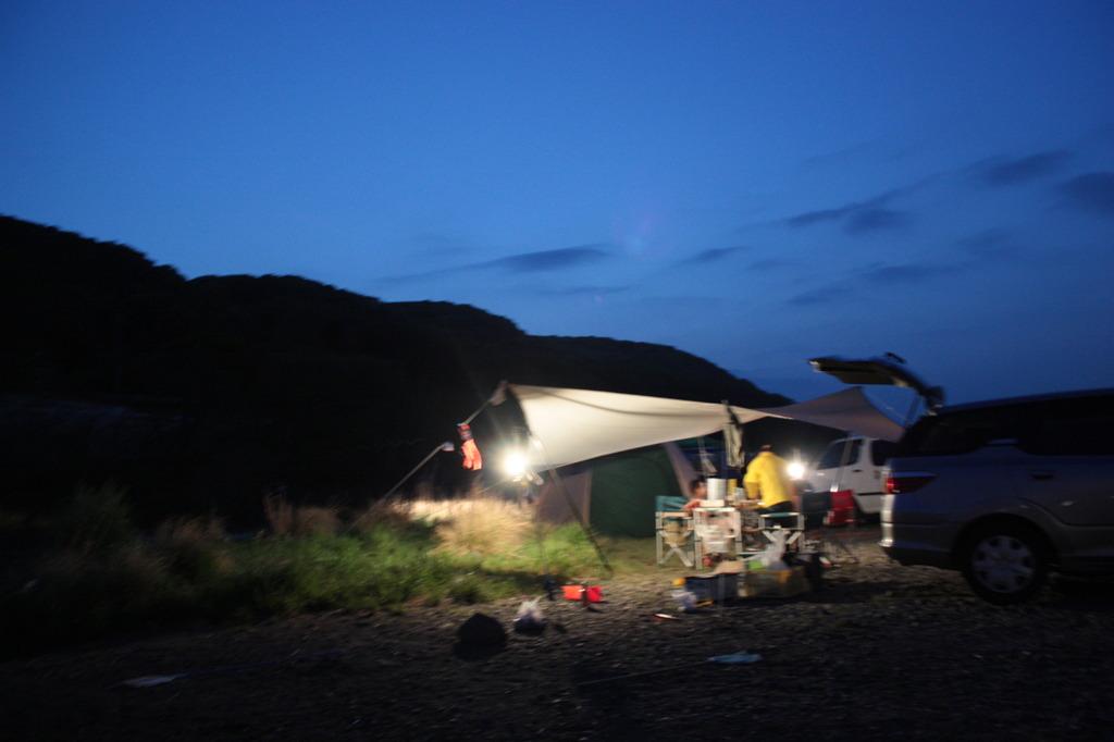 夕暮れの河原でデイキャンプ