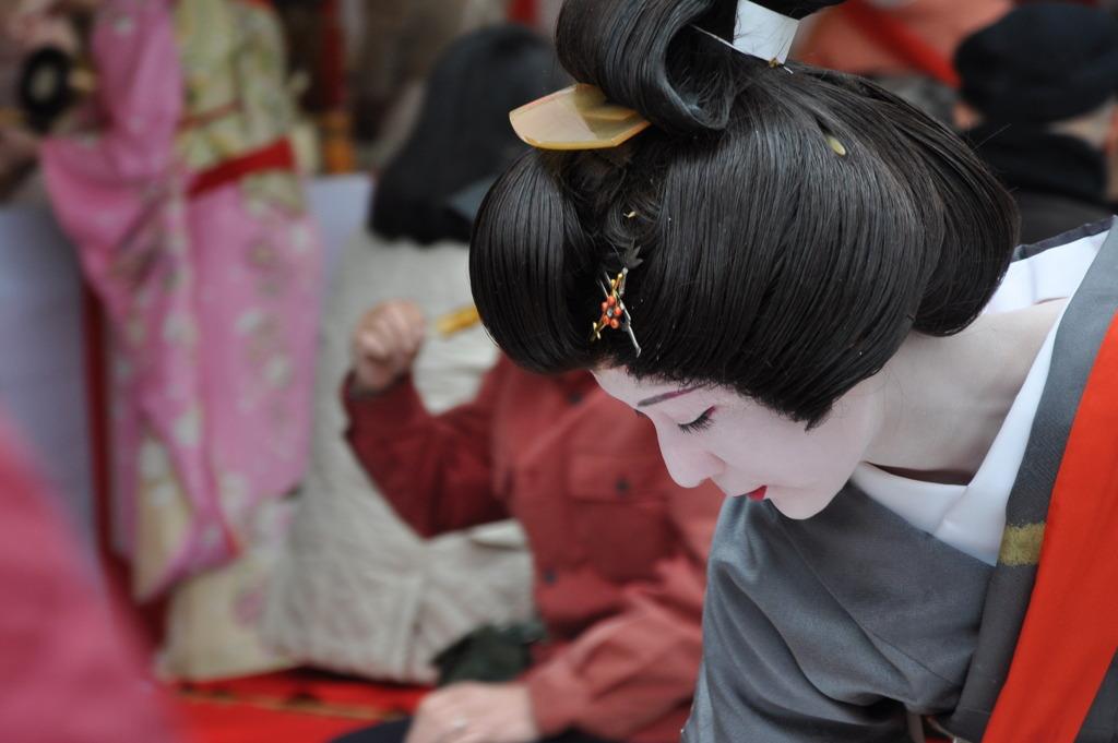隅田川でお茶だしする向島芸者さん