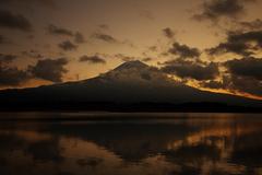 朝日に染まる逆さ富士山。