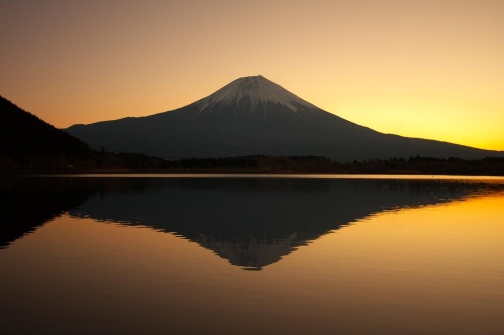 朝日に染まる逆さ富士!