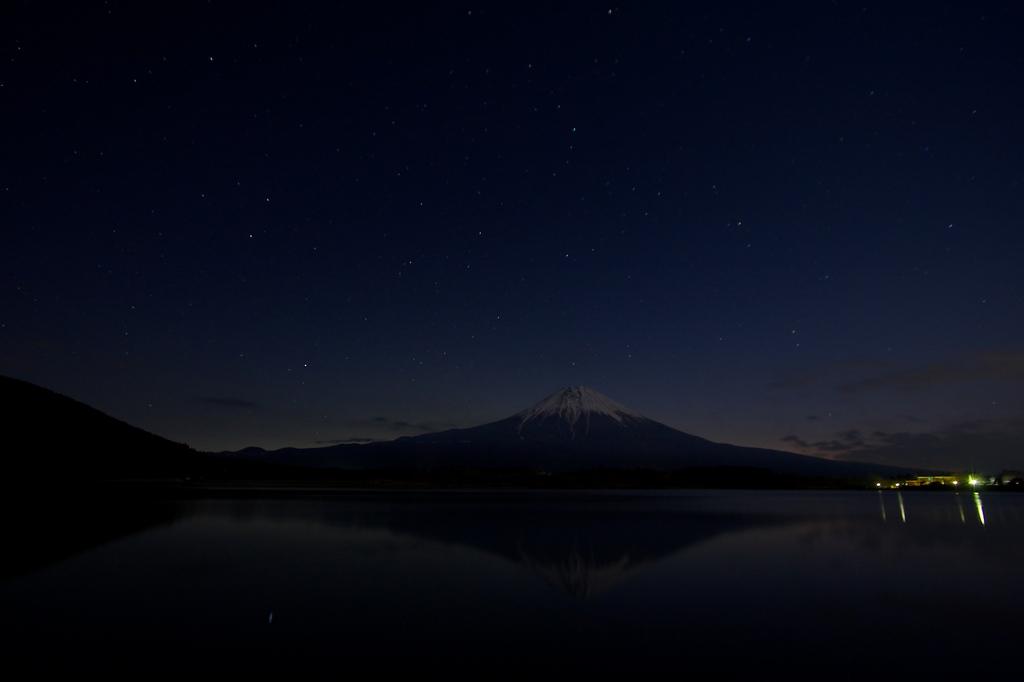 星空の中の富士山。