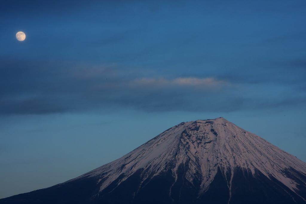 富士山と月。