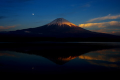 夕焼けの逆さ富士と月。