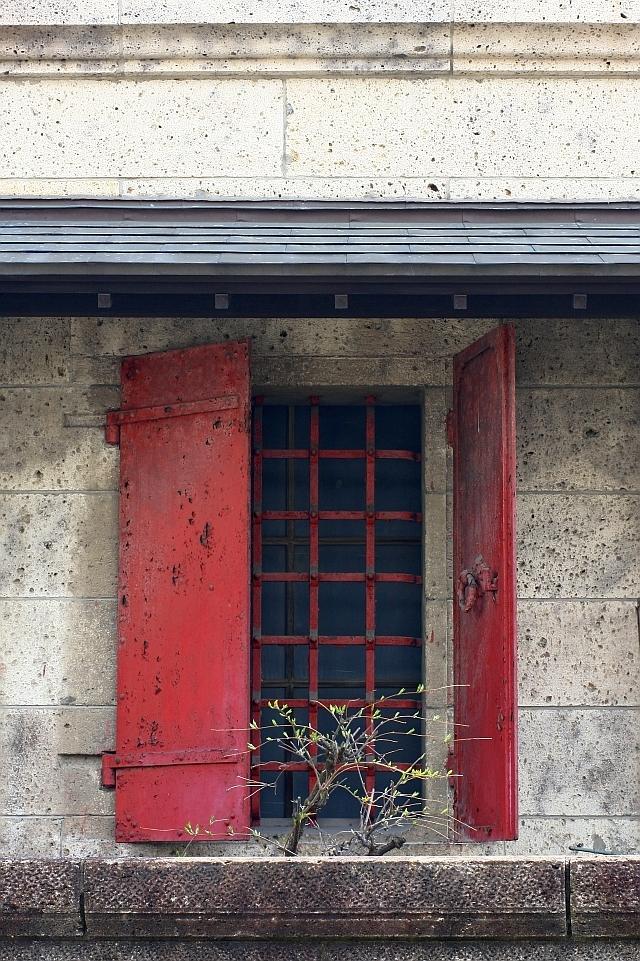 赤い鎧戸のある窓