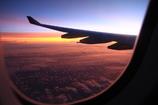 機内から見る朝日