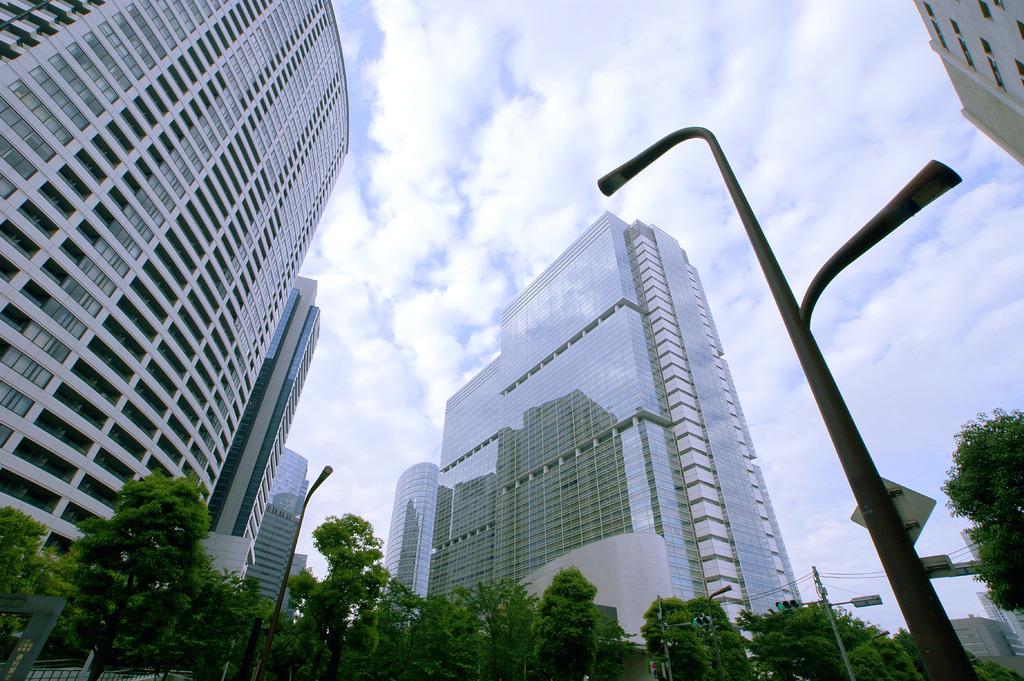 高層ビルを釣った街灯
