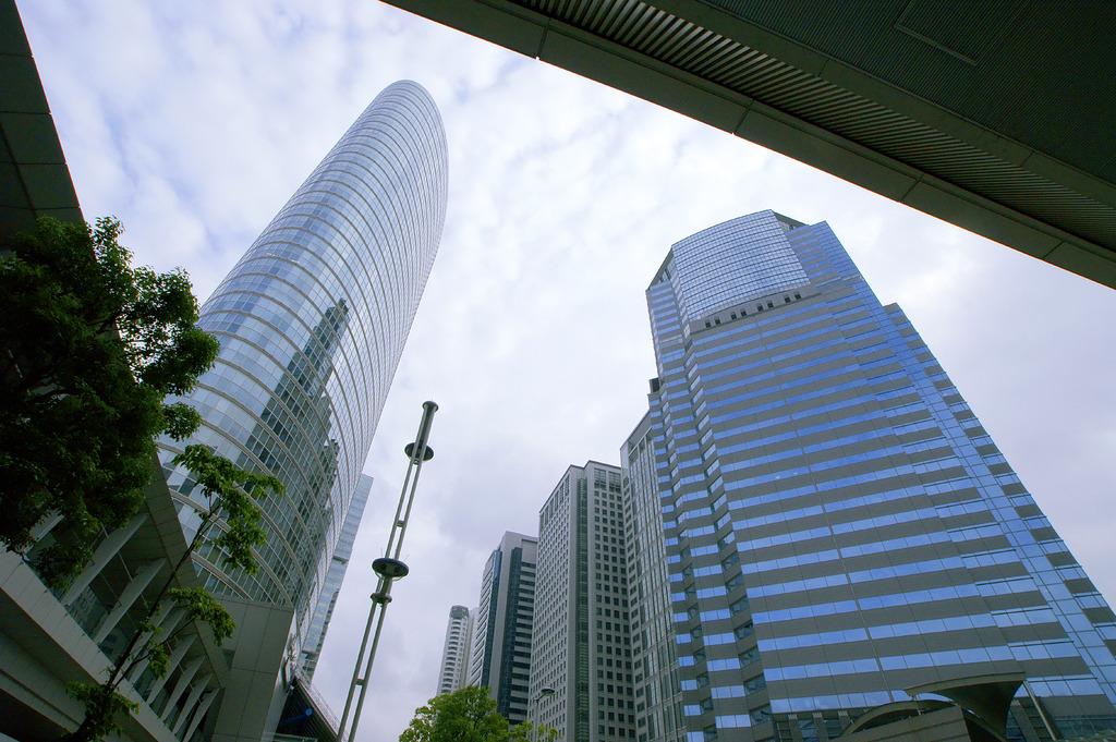 ビルの谷間から覗く都会の空