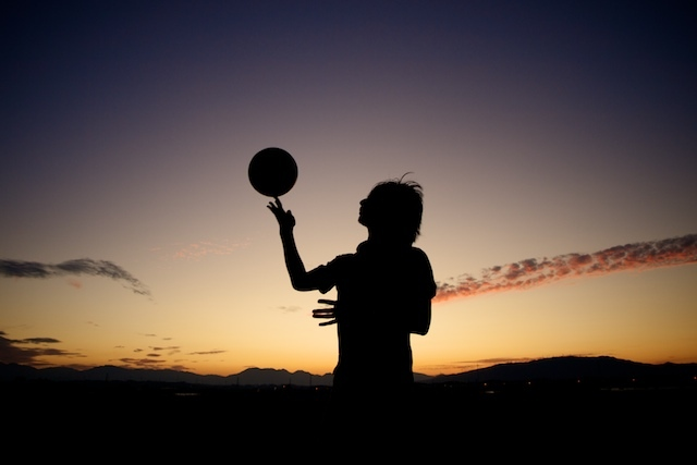 球と少年。