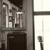 ギターとアンプと鏡と窓