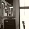 RICOH GR DIGITAL 2で撮影したインテリア・オブジェクト(ギターとアンプと鏡と窓)の写真(画像)