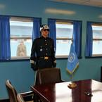 NIKON NIKON D300で撮影した人物( 軍事境界線の通る部屋)の写真(画像)
