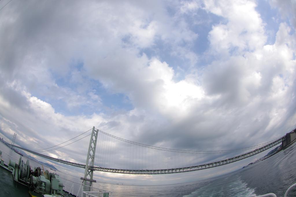 船上から見る明石大橋