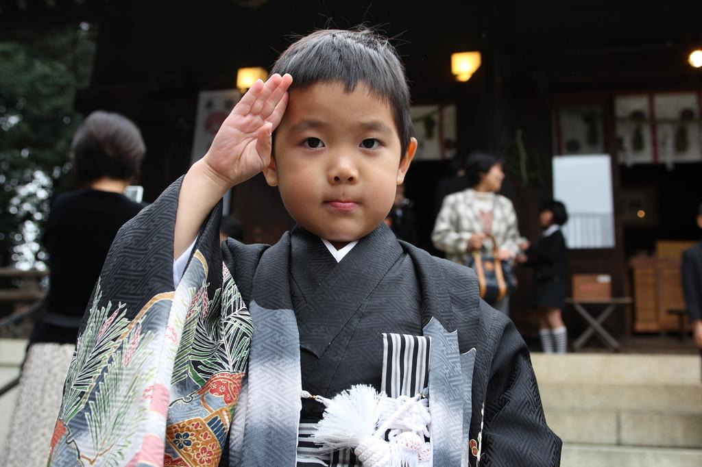 羽織袴で敬礼!
