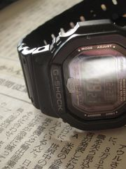 腕時計と新聞