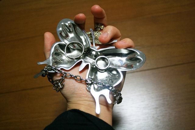 蝶と鎖と手