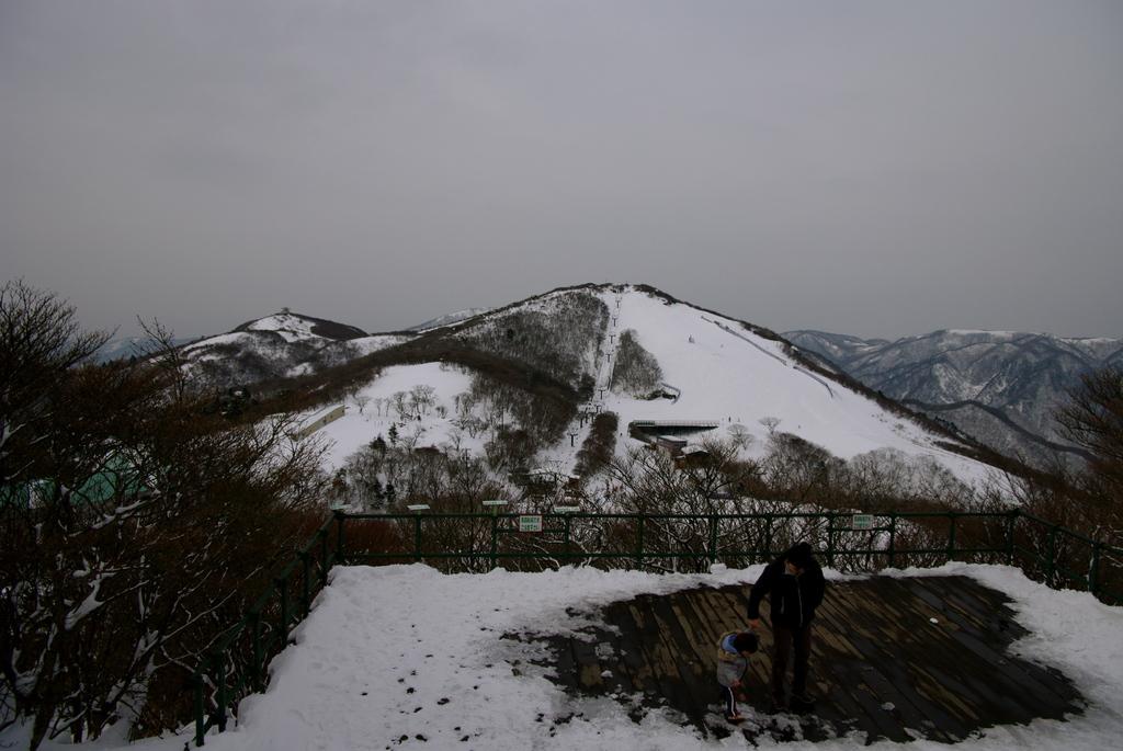 雪山と親子