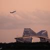 夕照の東京ゲートブリッジとB747
