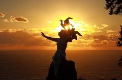 御前崎・潮騒の像と夕日