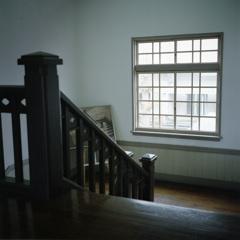 踊り場の窓、差し込む光