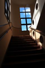 見上げた雲、階段の向こう。