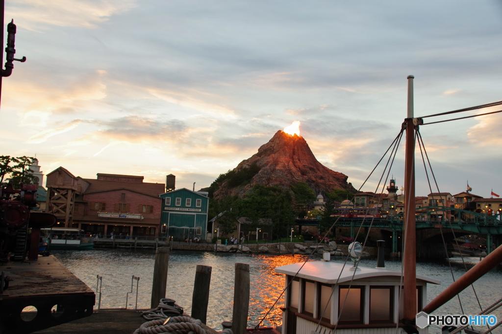 夕陽とプロメテウス火山