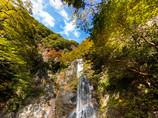 秋晴れ、滝の彩浅く・・