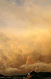 燃ゆる大空、立ち上る虹