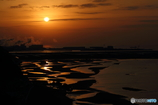 昇る太陽と干潟