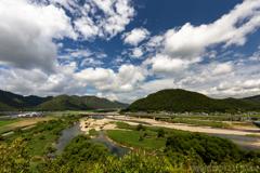 美しき夏の千種川とキティ新幹線