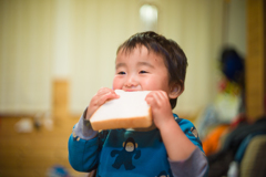 世界一食パンを美味そうに食べる男