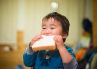LEICA M9 Digital Cameraで撮影した(世界一食パンを美味そうに食べる男)の写真(画像)
