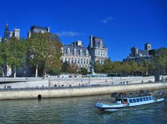 パリ市庁舎とバトービュスが重なると アコーディオンが聞こえる♬