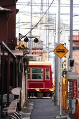 電車が通る路地