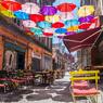 日を受け輝く傘、そして傘が作る日影のカフェ!