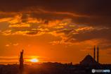 丘向こうの海へと沈む夕日!