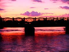 夕暮れに架かる橋