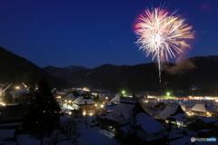 冬花火(かやぶきの里雪灯籠1)