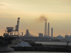 夕暮れと工場の煙突 ②