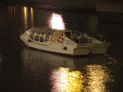 夜の川に停泊する遊覧船