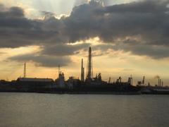 夕暮れと工場の煙突 ①