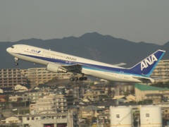 ANA  b767-300  心ひとつに行こう2020 離陸