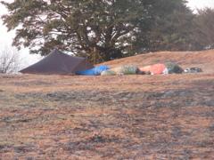 山頂でキャンプしてる人たち