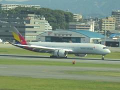 福岡にASIANA A350が飛来です ①
