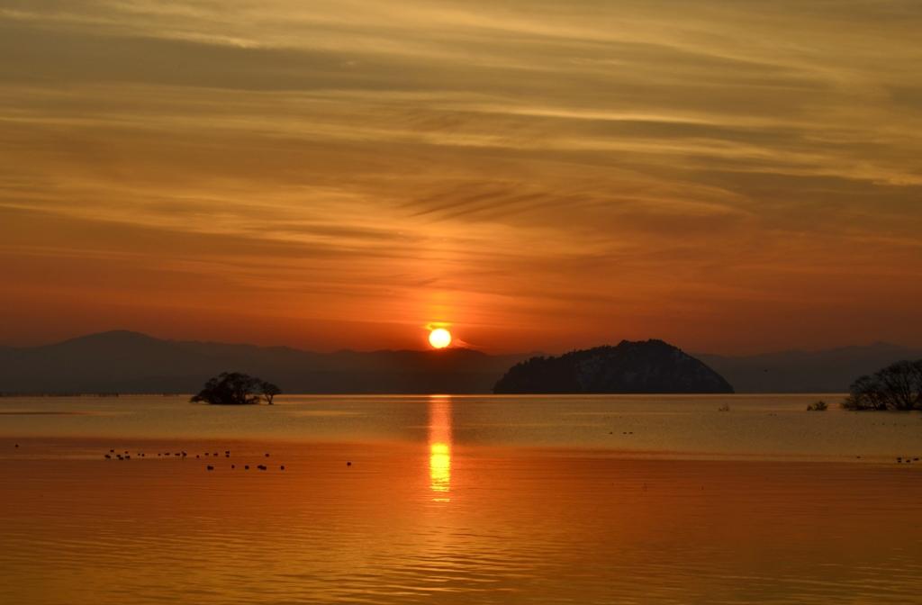 朱に彩られる早春の夕