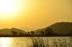 水車のある風景夕暮れ時