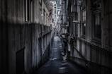狭く暗い路
