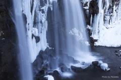 モノトーンの滝